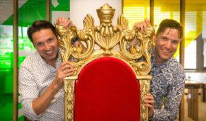 Matthijs (l.) en Thomas van den Ende hebben een troon in hun softwarebedrijf gezet. 'Het moet hier gezellig en leuk zijn.'